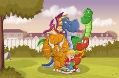 Tecknad filmpojke som läser en bok till stora dinosaurier på trädgården av ett färgrikt hus i förortgrannskap vektor illustrationer