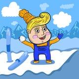 Tecknad filmpojke som spelar i snön som är hög i bergen arkivbilder