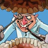 Tecknad filmtandläkaren med hjälpmedel ser in i den öppna munnen Royaltyfri Foto