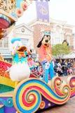 Tecknad filmtecken Donald Duck och fånigt i Hong Kong Disneyland ståtar Arkivfoto