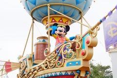 Tecknad filmteckenet Mickey Mouse i Hong Kong Disneyland ståtar arkivbild