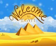 Tecknad filmvälkomnande till det Egypten begreppet Egyptiska pyramider i öknen med blå molnig himmel Arkivfoto