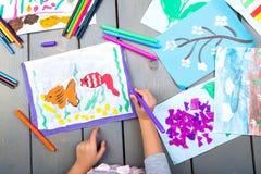 tecknande faderson Bästa sikt av barnhänder med blyertspennamålningbilden på papper Ungeteckningar Royaltyfria Foton