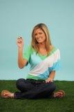 tecknande sittande kvinna för gräs Arkivfoton