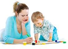 tecknar barn för mummålarfärgson Arkivfoto