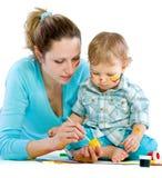 tecknar barn för mummålarfärgson Arkivfoton
