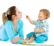 tecknar barn för mummålarfärgson Royaltyfria Foton