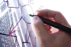 tecknar den genomskinliga glass handen arkivfoton
