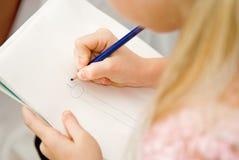 tecknar flickablyertspennan arkivfoton