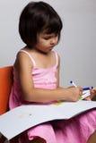 tecknar flickamålarfärger royaltyfri bild