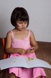 tecknar flickamålarfärger fotografering för bildbyråer