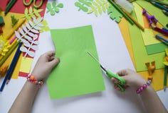 tecknar flickan Kreativitet för barn` s Favorit- hobby för barn Material och hjälpmedel arkivbilder