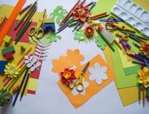 tecknar flickan Kreativitet för barn` s Favorit- hobby för barn Material och hjälpmedel royaltyfri bild