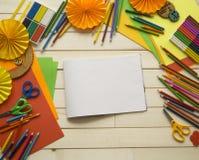 tecknar flickan Kreativitet för barn` s Favorit- hobby för barn Material och hjälpmedel Barnet ligger på golvet och drana royaltyfria foton