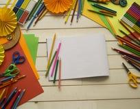 tecknar flickan Kreativitet för barn` s Favorit- hobby för barn Material och hjälpmedel Barnet ligger på golvet och drana fotografering för bildbyråer