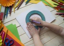 tecknar flickan Kreativitet för barn` s Favorit- hobby för barn Material och hjälpmedel Barnet ligger på golvet och drana arkivbilder