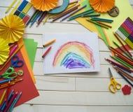 tecknar flickan Kreativitet för barn` s Favorit- hobby för barn Material och hjälpmedel Barnet ligger på golvet och drana royaltyfri foto