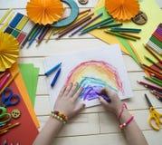 tecknar flickan Kreativitet för barn` s Favorit- hobby för barn Material och hjälpmedel Barnet ligger på golvet och drana royaltyfri bild