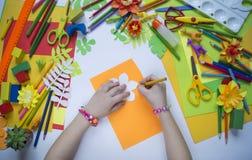 tecknar flickan Kreativitet för barn` s Favorit- hobby för barn Material och hjälpmedel Barnet ligger på golvet och drana royaltyfri fotografi