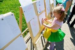 tecknar flickan little paper ark arkivfoto