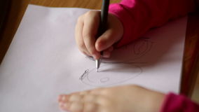 tecknar flickan little paper blyertspenna Närbild lager videofilmer
