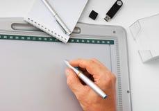 tecknar handtableten Arkivfoto