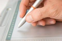 tecknar handtableten Fotografering för Bildbyråer