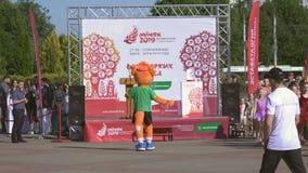Tecknareskådespelare i dräkten Lesik - den officiella maskot den 2nd europén spelar 2019 i MINSK BOBRUISK VITRYSSLAND 06 03 19 lager videofilmer