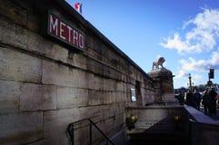 Tecknet av den parisian tunnelbanan på väggen Royaltyfri Foto