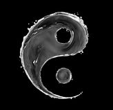 Tecknet av yin yang som göras med vatten, plaskar på svart bakgrund royaltyfria bilder