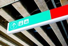 tecknet för airpotbussriktningen taxar till Arkivfoton
