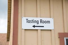 Tecknet för avsmakningrum på vinodlingen öppnar till det offentligt royaltyfri fotografi