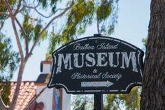 Tecknet för Balboaömuseet & historiskt samhälle som sett lokaliserade på Marine Avenue på Balboaön Denna ö har varit arkivfoto