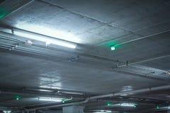 Tecknet för bilparkeringsljus, informerar vila av parkeringshus som installeras på Arkivfoton