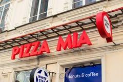 Tecknet för den pizzaMia logoen av gatan shoppar arkivbilder