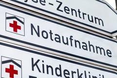 Tecknet för den tyska olyckan och för den nöd- avdelningen står på en gata royaltyfria bilder