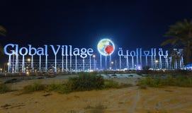 Tecknet för global by på natten, Dubai Arkivbilder