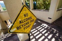 Tecknet för ingen alkohol utöver denna punkt förhindrar folk från lagen för den öppna behållaren royaltyfri bild