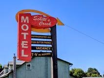 Tecknet för motell för liten vik för Schitt ` s som presenterat i TV-serie för liten vik för Schitt ` s arkivfoto
