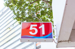 Tecknet för nummer 51 hängde på sida av en byggnad Arkivfoto