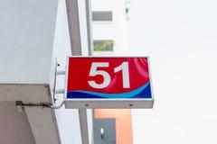 Tecknet för nummer 51 hängde på sida av en byggnad Royaltyfria Foton