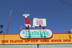 Tecknet för restaurang för Nathan ` s det original- på Coney Island, New York Royaltyfri Fotografi