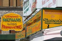 Tecknet för restaurang för Nathan ` s det original- på Coney Island, New York Arkivfoto