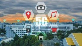 Tecknet föreställer kommunikationsnätverket och uppkopplingsmöjlighet av staden, intelligent stadsbegreppsinternet av saker IOT arkivbild