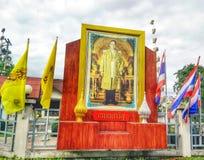 Tecknet firar s-födelsedagen för konungen Bhumibol 'i bangkok Arkivfoto