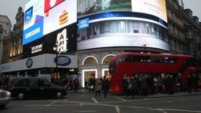 Tecknet i den Piccadilly cirkusen under jultid, London, UK lager videofilmer