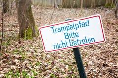 Tecknet med tyska ord Please skriver in inte banan Arkivfoton