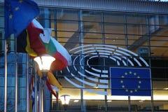 Tecknet och EU sjunker symbol på Europeiska kommissionenbyggnadsyttersidan Royaltyfria Bilder