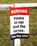 Tecknet som varnar Please, matar inte hästarna De biter! Fotografering för Bildbyråer