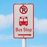 Tecknet visar vägen till hållplatsen och inget parkeringsområde med oskarpt b Arkivfoto